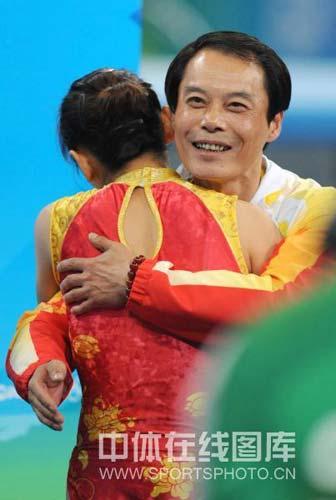 图文-中国选手何雯娜夺得女子蹦床冠军 和教练拥抱