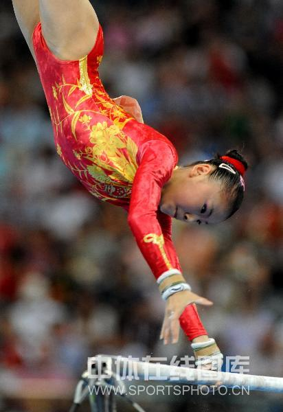 图文-体操女子高低杠决赛 何可欣征服全场