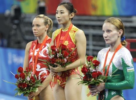 图文-中国夺得女子蹦床金牌 何雯娜等待颁奖