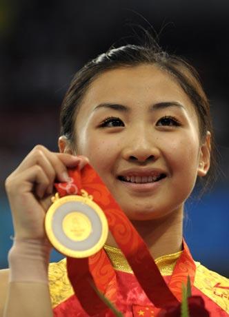 图文-中国夺得女子蹦床金牌 何雯娜展示金牌