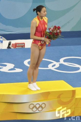 图文-中国选手何雯娜夺得女子蹦床冠军 获得金牌