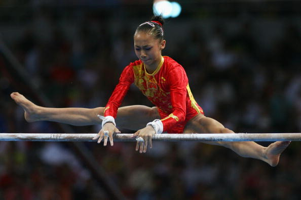 图文-奥运体操女子高低杠决赛 何可欣实力超群
