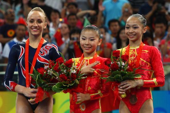 图文-奥运体操女子高低杠决赛 前三名合影留念