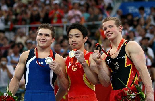 图文-邹凯夺得奥运男子单杠冠军 前三甲合影留念