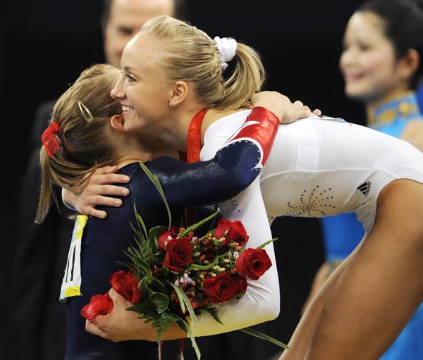 图文-[奥运]体操平衡木决赛 柳金和肖恩优雅的拥抱