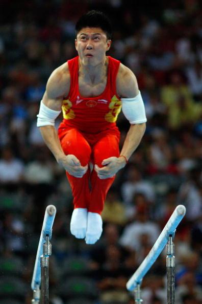 图文-奥运会男子体操双杠决赛 李小鹏全力以赴