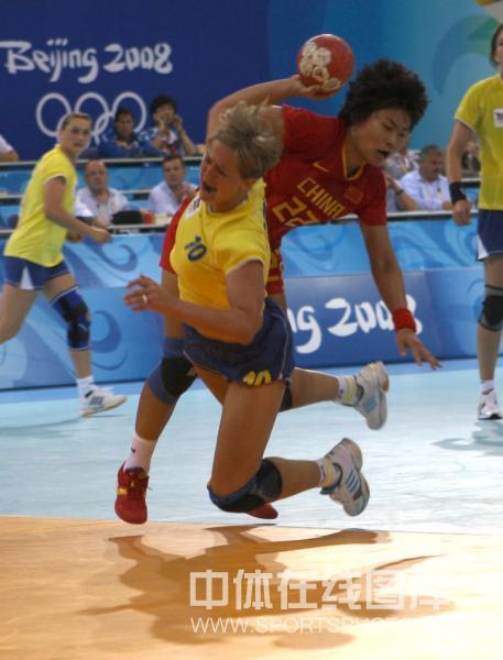 图文-[女子手球]中国不敌罗马尼亚 罗马尼亚队攻门