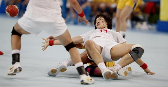 图文-女子手球中国胜瑞典 刘晓妹在对抗中摔倒