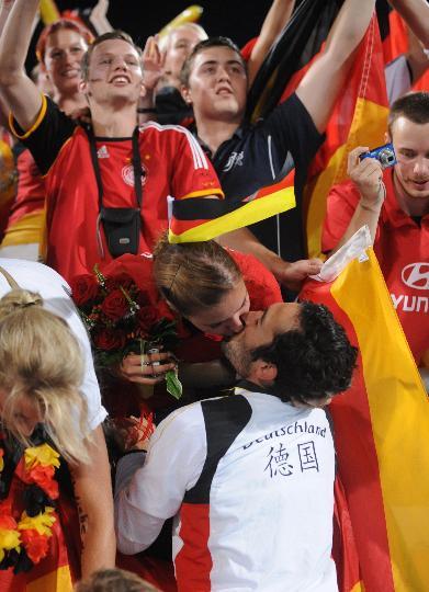 图文-男曲决赛德国胜西班牙 甜蜜而浪漫的庆祝