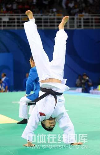 图文-女子柔道57公斤级许岩摘得铜牌 倒立庆祝