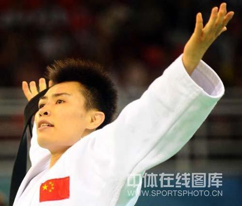 图文-女子柔道57公斤级许岩摘得铜牌 拥抱胜利