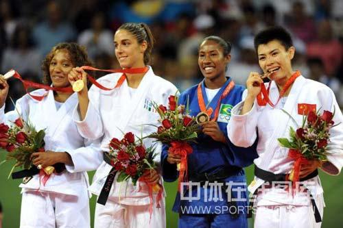 图文-女子柔道57公斤级许岩夺得铜牌 前三甲合影