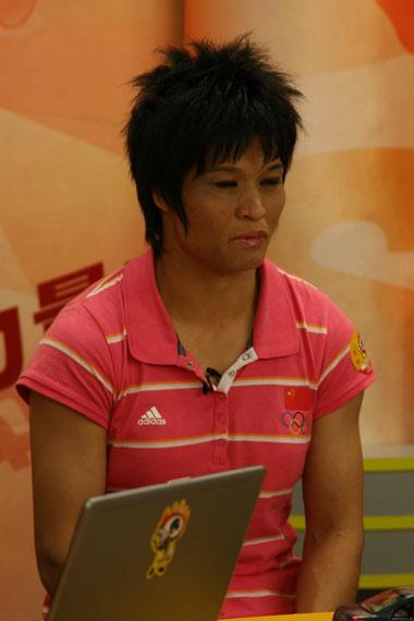 图文-奥运冠军冼东妹做客新浪聊天 陷入了沉思