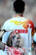 图文-奥运闭幕式姚明成焦点 这边跟姚明比比个