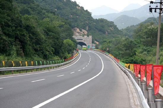 图文-奥运公路自行车赛沿线风景 绕行七圈赛道护栏