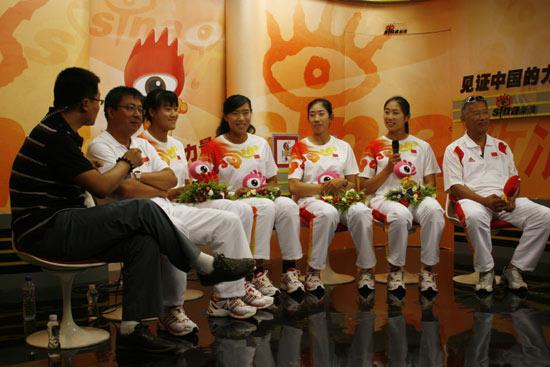 图文-奥运赛艇金牌组合做客新浪 四大女将与教练