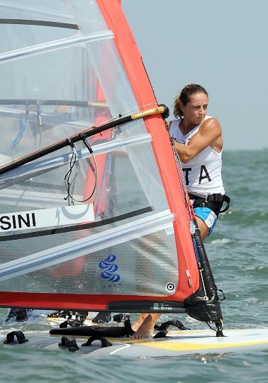 图文-殷剑获女子帆板奥运冠军 森西尼在比赛中