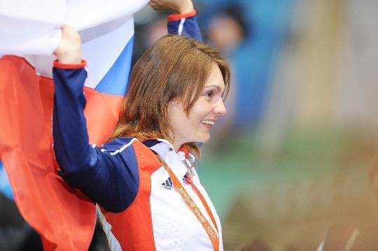 图文-捷克美女摘首金 埃蒙斯在颁奖仪式上庆祝