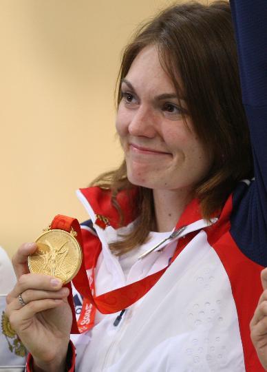 图文-女子10米气步枪颁奖仪式 埃蒙斯抚摸金牌