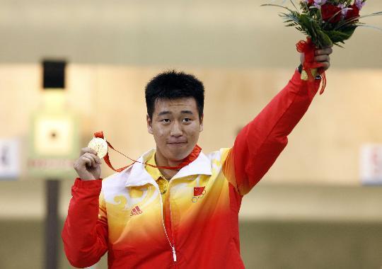 图文-庞伟获男子10米气手枪金牌 庞伟手持奖牌鲜花