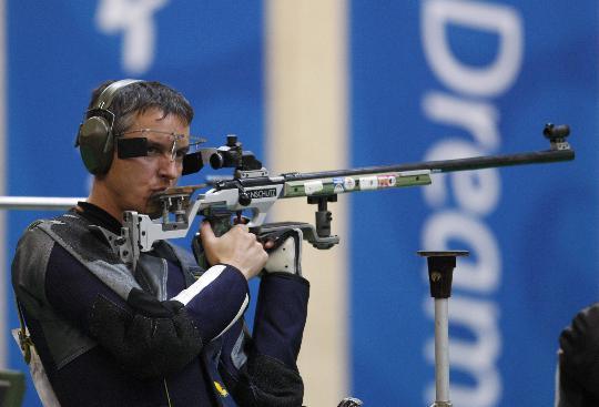 图文-50米步枪三姿赛邱健夺冠 苏霍鲁科夫瞄准