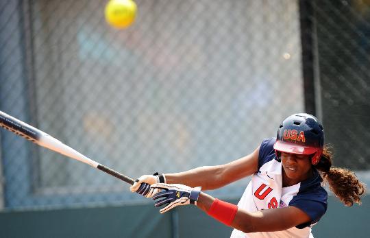 图文-奥运女子垒球中国负美国 沃特利在比赛中击球