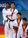图文-[奥运]跆拳道男子58KG 佩雷兹颁奖在比划什么