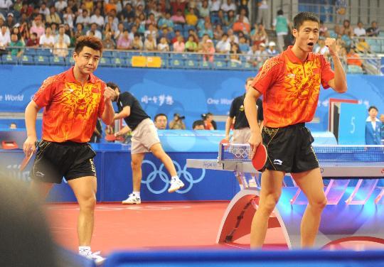 图文-乒乓男团预赛中国胜希腊 王皓王励勤庆祝胜利