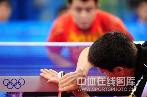 图文-奥运乒乓球男子团体决赛赛况 对手别样发球