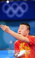 图文-中国乒乓球队夺得男子团体金牌 来个高抛发球