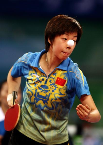 图文-奥运会女子单打决赛 张怡宁发球全力以赴