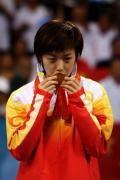 图文-奥运会女子单打决赛 张怡宁亲吻奥运金牌