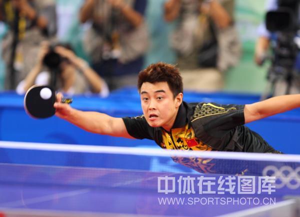 图文-马琳夺乒乓球奥运男单金牌 王皓跨步回球