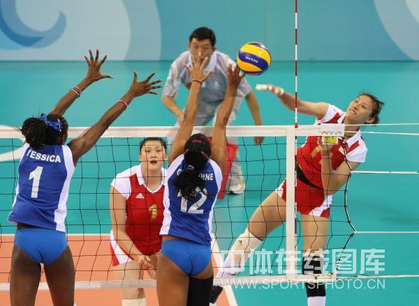 图文-中国女排3-0委内瑞拉 李娟遭双人拦网