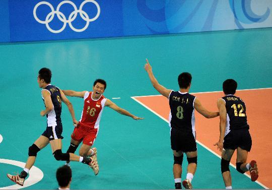 图文-男排预赛中国胜委内瑞拉 中国队球员欢呼