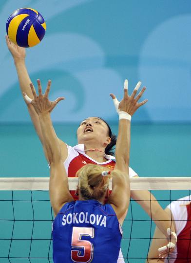 图文-奥运女排中国迎战俄罗斯 马蕴雯在比赛中扣球