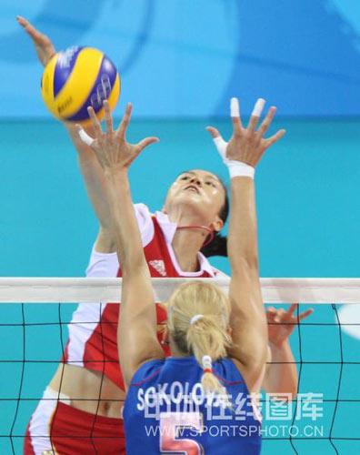 图文-女子排球1/4决赛打响 奋力拿下一分