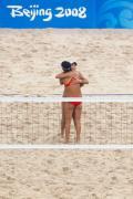 图文-女子沙排沃尔什/梅夺冠 中国组合赛后拥抱