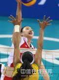 图文-奥运女排半决赛中国负巴西 积极防守
