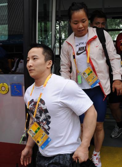 图文-中国队首次亮相训练场 石智勇走下班车