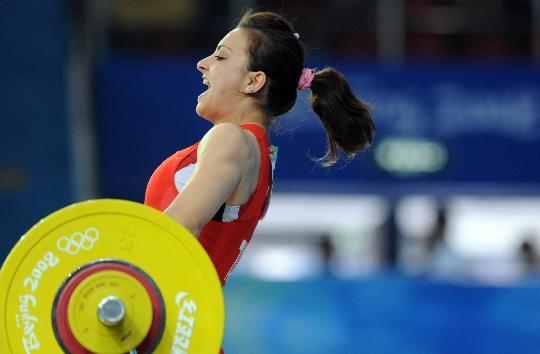 图文-女举48公斤级陈燮霞夺金 厄兹坎一声怒喝
