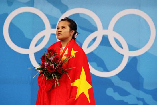 图文-陈燮霞夺北京奥运中国军团首金 默唱国歌