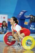 图文-女子举重58公斤级陈艳青夺得金牌 拥抱胜利