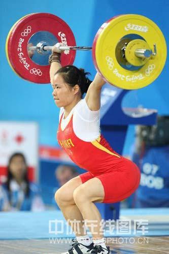 图文-女子举重58公斤级陈艳青夺得金牌 圆满举起