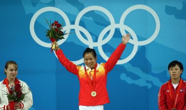 图文-女子举重58公斤级比赛 陈艳青登上领奖台