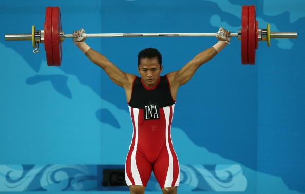 图文-男子举重62公斤级比赛 印尼选手成功举起