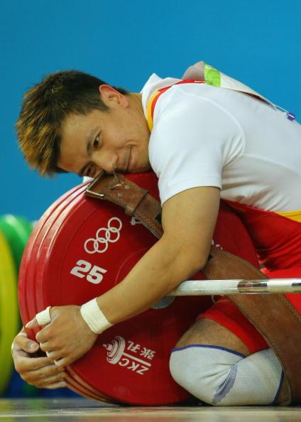 图文-男子举重62公斤级比赛 张湘祥拥抱杠铃