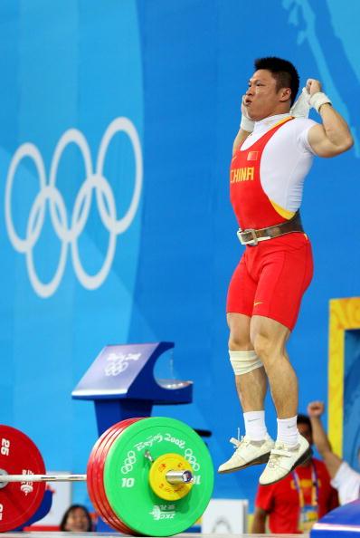 图文-举重77公斤级李宏利摘得银牌 高高跳起庆祝