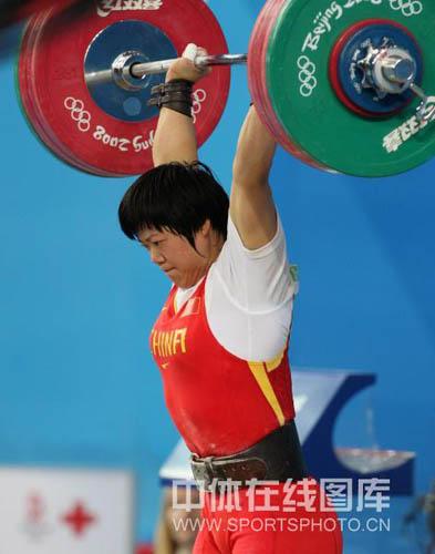 图文-刘春红六举五破纪录夺金 刘春红举起杠铃