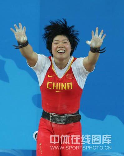 图文-刘春红六举五破纪录夺金 高举双臂欢呼胜利